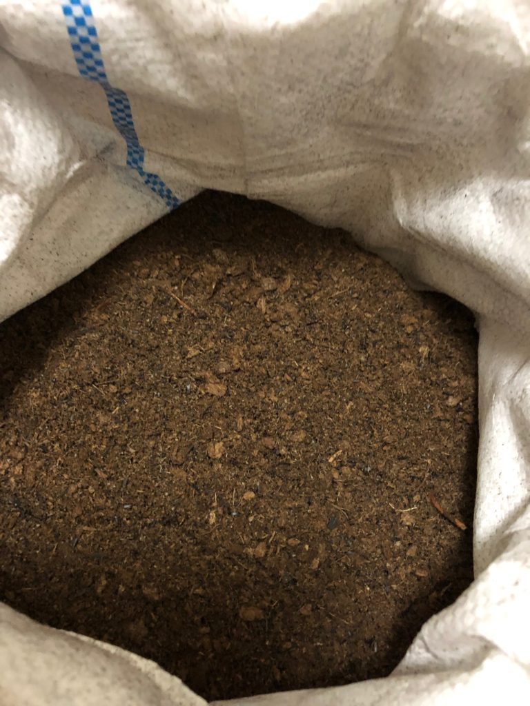 ① 土嚢袋にピートモスを入れる